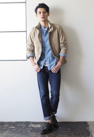 Темно-синие джинсы: с чем носить и как сочетать мужчине: Светло-коричневая куртка харрингтон и темно-синие джинсы прочно обосновались в гардеробе многих парней, позволяя создавать эффектные и практичные ансамбли. Очень удачно здесь смотрятся черные кожаные туфли дерби.