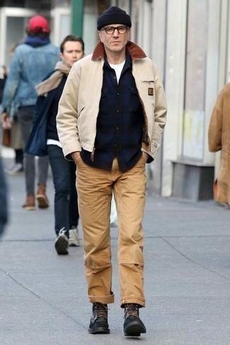 Бежевая куртка харрингтон: с чем носить и как сочетать: Тандем бежевой куртки харрингтон и светло-коричневых брюк чинос позволит составить незаезженный мужской образ в стиле casual. Не прочь привнести в этот лук нотку классики? Тогда в качестве дополнения к этому ансамблю, выбери черные кожаные повседневные ботинки.