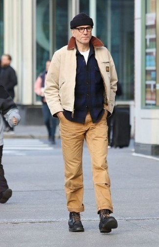 Бежевая куртка харрингтон: с чем носить и как сочетать: Ансамбль из бежевой куртки харрингтон и светло-коричневых брюк чинос поможет выглядеть аккуратно, но при этом подчеркнуть твой личный стиль. Уравновесить образ и добавить в него немного классики позволят черные кожаные повседневные ботинки.