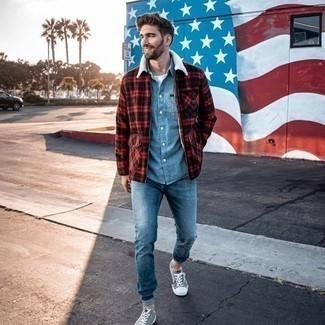 С чем носить голубую рубашку с длинным рукавом из шамбре мужчине: В голубой рубашке с длинным рукавом из шамбре и синих джинсах можно пойти на встречу в расслабленной обстановке или провести выходной день, когда в программе поход в кино или марафон по барам. Серые низкие кеды из плотной ткани становятся классным дополнением к твоему образу.