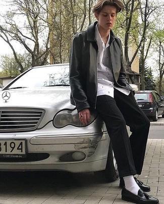 Мужские луки: Черная кожаная куртка харрингтон и черные брюки чинос — беспроигрышный выбор, если ты ищешь простой, но в то же время модный мужской образ. Если ты любишь смешивать в своих луках разные стили, на ноги можно надеть черные кожаные лоферы с кисточками.