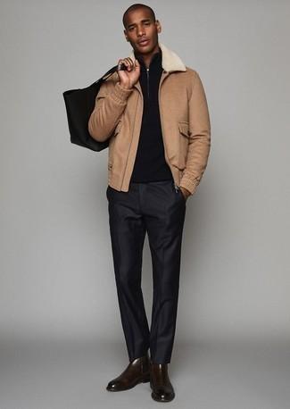 Темно-коричневые кожаные ботинки челси: с чем носить и как сочетать мужчине: Несмотря на то, что это довольно консервативный лук, дуэт светло-коричневой куртки харрингтон и черных классических брюк всегда будет выбором стильных молодых людей, неминуемо покоряя при этом сердца представительниц прекрасного пола. Что же до обуви, можно завершить ансамбль темно-коричневыми кожаными ботинками челси.