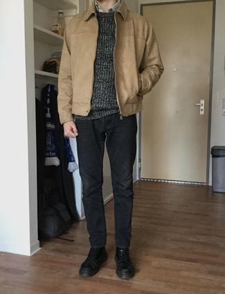 Темно-серый свитер с круглым вырезом: с чем носить и как сочетать мужчине: Несмотря на то, что это достаточно простой лук, тандем темно-серого свитера с круглым вырезом и темно-серых джинсов приходится по душе стильным мужчинам, а также покоряет дамские сердца. Думаешь привнести сюда толику нарядности? Тогда в качестве обуви к этому луку, обрати внимание на черные кожаные повседневные ботинки.