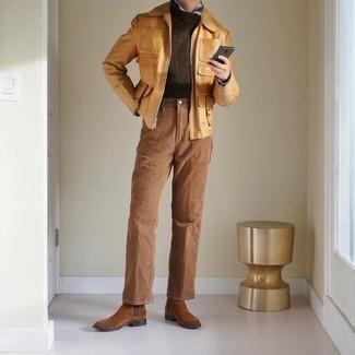 Мужские луки в теплую погоду: Светло-коричневая куртка харрингтон и светло-коричневые брюки чинос надежно обосновались в гардеробе многих мужчин, позволяя создавать яркие и стильные ансамбли. Любишь незаезженные идеи? Заверши лук коричневыми замшевыми ботинками челси.