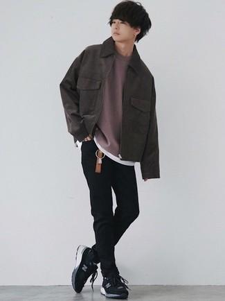 Мода для подростков парней: Если ты любишь смотреться стильно, чувствуя себя при этом комфортно и нескованно, примерь это сочетание темно-коричневой замшевой куртки харрингтон и черных зауженных джинсов. Любишь смелые решения? Заверши свой лук черно-белыми кроссовками.
