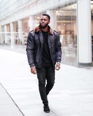 Мода для 30-летних мужчин: Стильное сочетание темно-синей куртки харрингтон и черных джинсов позволит выразить твой индивидуальный стиль и выигрышно выделиться из серой массы. Почему бы не привнести в повседневный ансамбль толику консерватизма с помощью черных замшевых ботинок челси?