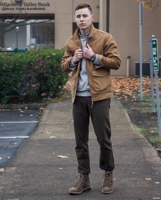 С чем носить темно-коричневые брюки чинос: Светло-коричневая куртка харрингтон и темно-коричневые брюки чинос гармонично вписываются в гардероб самых взыскательных парней. Любители модных экспериментов могут дополнить образ темно-коричневыми замшевыми повседневными ботинками, тем самым добавив в него толику изысканности.