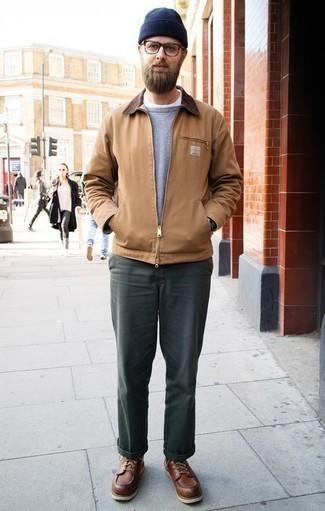 Светло-коричневая куртка харрингтон: с чем носить и как сочетать: Тандем светло-коричневой куртки харрингтон и темно-зеленых брюк чинос позволит составить незаезженный мужской образ в повседневном стиле. Уравновесить образ и добавить в него толику классики помогут коричневые кожаные повседневные ботинки.