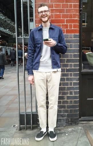Темно-синяя куртка харрингтон: с чем носить и как сочетать: Темно-синяя куртка харрингтон и бежевые брюки чинос надежно обосновались в гардеробе многих молодых людей, помогая создавать неприевшиеся и функциональные луки. В паре с этим луком наиболее гармонично будут выглядеть черно-белые слипоны из плотной ткани.