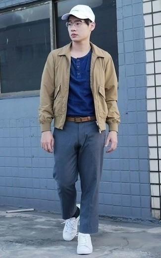Светло-коричневая куртка харрингтон: с чем носить и как сочетать: Подготавливая образ для вечера в кино или кафе с девушкой, обрати внимание на лук из светло-коричневой куртки харрингтон и темно-синих брюк чинос. Белые низкие кеды из плотной ткани позволят сделать лук менее официальным.