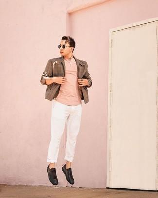 Мужские луки в теплую погоду: Коричневая куртка харрингтон в мелкую клетку и белые брюки чинос прочно обосновались в гардеробе современных парней, позволяя составлять неповторимые и функциональные образы. Что касается обуви, можно дополнить ансамбль черными кожаными низкими кедами.