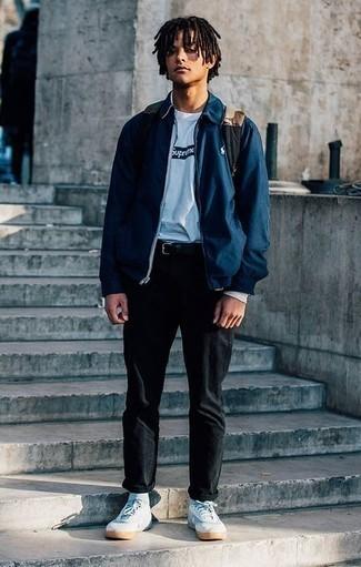 Темно-синяя куртка харрингтон: с чем носить и как сочетать: Если ты любишь одеваться с иголочки, чувствуя себя при этом комфортно и уверенно, стоит примерить это сочетание темно-синей куртки харрингтон и черных брюк чинос. Тебе нравятся незаурядные решения? Заверши свой ансамбль белыми низкими кедами из плотной ткани.