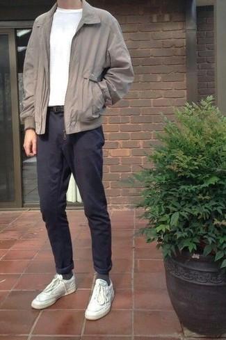 Темно-синие брюки чинос: с чем носить и как сочетать: Серая куртка харрингтон и темно-синие брюки чинос стильно вписываются в гардероб самых избирательных парней. Такой лук несложно приспособить к повседневным нуждам, если закончить его белыми кожаными низкими кедами.