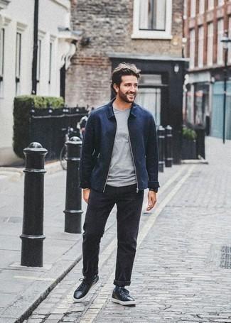 Темно-синяя куртка харрингтон: с чем носить и как сочетать: Сочетание темно-синей куртки харрингтон и черных брюк чинос вне всякого сомнения подчеркнет твою индивидуальность. Такой ансамбль несложно приспособить к повседневным нуждам, если надеть в сочетании с ним черные кожаные низкие кеды.