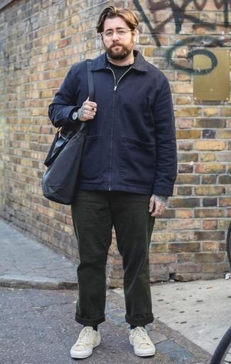 Темно-синяя куртка харрингтон: с чем носить и как сочетать: Лук из темно-синей куртки харрингтон и темно-зеленых брюк чинос смотрится круто и современно. Чтобы образ не получился слишком отполированным, можешь надеть бежевые низкие кеды из плотной ткани.