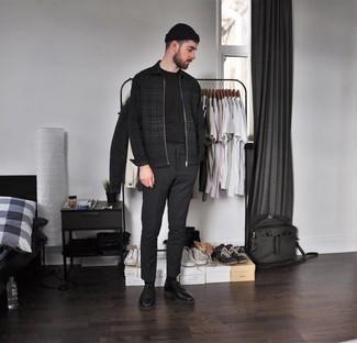 С чем носить черные кожаные туфли дерби: Черная куртка харрингтон в шотландскую клетку и темно-серые брюки чинос — великолепный вариант, если ты ищешь лёгкий, но в то же время модный мужской лук. Немного стильной строгости и мужественности ансамблю добавит пара черных кожаных туфель дерби.