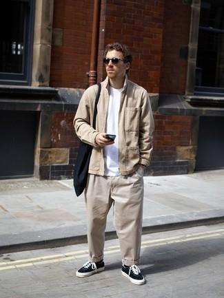 С чем носить черную большую сумку из плотной ткани мужчине: Если ты делаешь ставку на комфорт и практичность, светло-коричневая куртка харрингтон и черная большая сумка из плотной ткани — превосходный выбор для привлекательного мужского ансамбля на каждый день. Опасаешься выглядеть несолидно? Дополни этот образ черно-белыми низкими кедами из плотной ткани.
