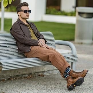 С чем носить коричневые брюки чинос: Комбо из темно-коричневой кожаной куртки харрингтон и коричневых брюк чинос — прекрасная идея для создания мужского ансамбля в стиле smart casual. Теперь почему бы не привнести в этот лук на каждый день немного стильной строгости с помощью коричневых кожаных повседневных ботинок?
