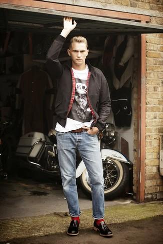 Модный лук: черная куртка харрингтон, бело-черная футболка с круглым вырезом с принтом, голубые джинсы, черные кожаные лоферы с кисточками