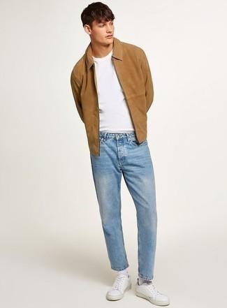 Светло-коричневая куртка харрингтон: с чем носить и как сочетать: Светло-коричневая куртка харрингтон и голубые джинсы — великолепный ансамбль для похода в кино или марафона по городским барам. Если говорить об обуви, белые кожаные низкие кеды являются хорошим выбором.