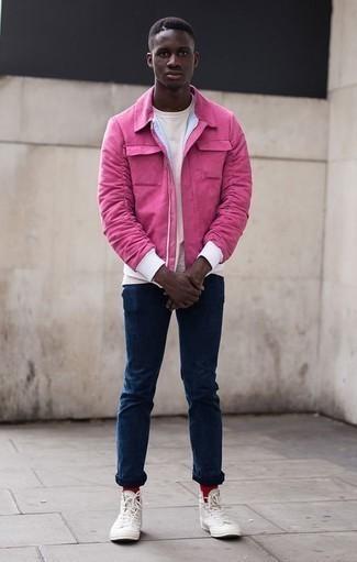 Красные носки: с чем носить и как сочетать мужчине: Ярко-розовая куртка харрингтон и красные носки — замечательная формула для создания привлекательного и функционального лука. Завершив образ белыми высокими кедами из плотной ткани, можно привнести в него нотки строгой классики.