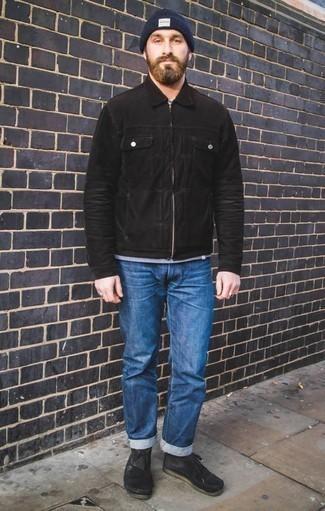 Синие джинсы: с чем носить и как сочетать мужчине: Создав ансамбль из черной куртки харрингтон и синих джинсов, можно смело идти на свидание с возлюбленной или вечер с друзьями в расслабленной обстановке. Вместе с этим луком органично будут смотреться черные замшевые ботинки дезерты.