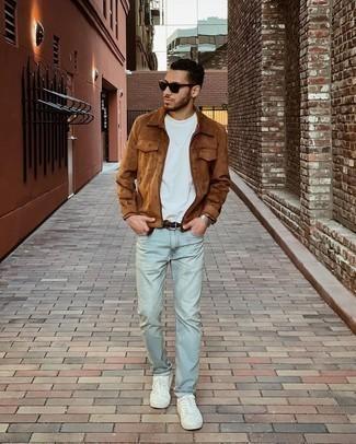 Мужские луки: Тандем коричневой замшевой куртки харрингтон и голубых джинсов смотрится мужественно и современно. Если говорить об обуви, белые низкие кеды из плотной ткани являются хорошим выбором.