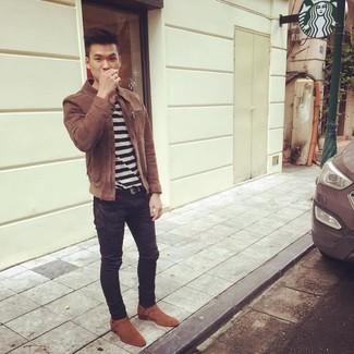 Как и с чем носить: коричневая замшевая куртка харрингтон, бело-черная футболка с круглым вырезом в горизонтальную полоску, черные зауженные джинсы, табачные замшевые ковбойские сапоги