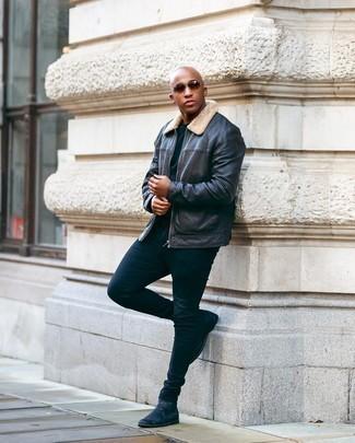 Мужские луки: Тандем черной кожаной куртки харрингтон и темно-синих зауженных джинсов поможет создать интересный мужской образ в стиле casual. Хочешь привнести сюда толику эффектности? Тогда в качестве обуви к этому ансамблю, выбирай черные кожаные ботинки челси.