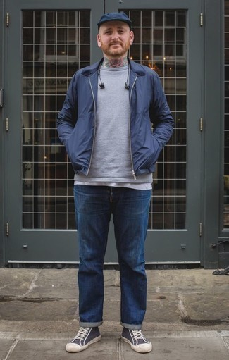 Темно-синяя куртка харрингтон: с чем носить и как сочетать: Несмотря на то, что это достаточно простой лук, дуэт темно-синей куртки харрингтон и синих джинсов приходится по душе джентльменам, покоряя при этом сердца дам. Такой лук несложно приспособить к повседневным реалиям, если закончить его темно-сине-белыми высокими кедами из плотной ткани.