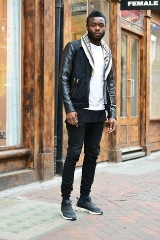 Белая футболка с круглым вырезом: с чем носить и как сочетать мужчине: Если ты любишь одеваться с иголочки, и при этом чувствовать себя комфортно и расслабленно, тебе стоит попробовать это сочетание белой футболки с круглым вырезом и черных джинсов. Смелые мужчины закончат образ темно-синими кроссовками.