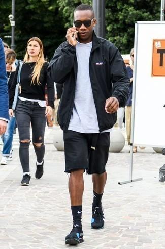 Черные кроссовки: с чем носить и как сочетать мужчине: Черная куртка харрингтон и черные джинсовые шорты надежно обосновались в гардеробе многих молодых людей, позволяя создавать запоминающиеся и стильные луки. Этот лук неплохо дополнят черные кроссовки.