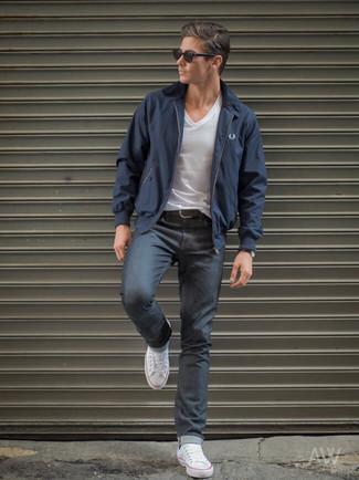 Как и с чем носить: темно-синяя куртка харрингтон, белая футболка с v-образным вырезом, темно-серые джинсы, белые низкие кеды из плотной ткани