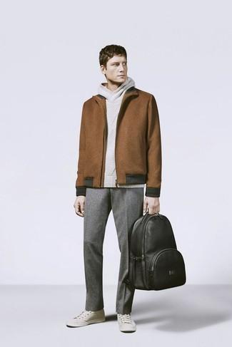 Как и с чем носить: коричневая шерстяная куртка харрингтон, бежевый вязаный худи, серые шерстяные классические брюки, бежевые низкие кеды