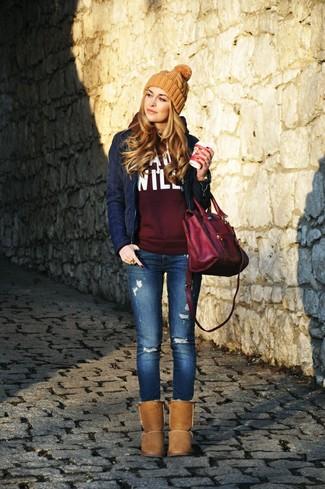 Темно-синяя стеганая куртка и синие рваные джинсы скинни украсят твой гардероб. Что касается обуви, можно отдать предпочтение комфорту и выбрать коричневые угги.