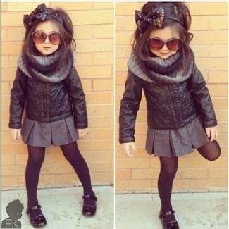 Как и с чем носить: черная кожаная куртка, серая юбка, черные балетки, серый шарф