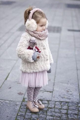 Как и с чем носить: белая меховая куртка, розовая юбка из фатина, бежевые оксфорды, серые перчатки