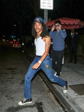 Как и с чем носить: белая майка, синие джинсы, черно-белые кожаные высокие кеды, темно-синяя бейсболка с принтом