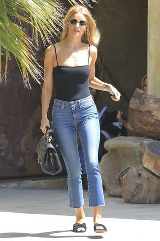 Как и с чем носить: черная майка, синие джинсы, черные сандалии на плоской подошве из плотной ткани, черная кожаная стеганая сумка-саквояж