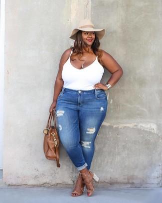 Как и с чем носить: белая майка, синие рваные джинсы скинни, светло-коричневые кожаные босоножки на каблуке, коричневая кожаная большая сумка