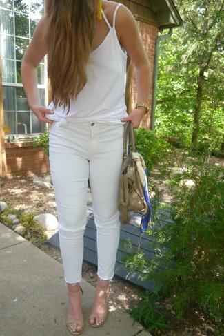 Как и с чем носить: белая майка, белые рваные джинсы скинни, бежевые кожаные босоножки на каблуке, бежевая кожаная большая сумка