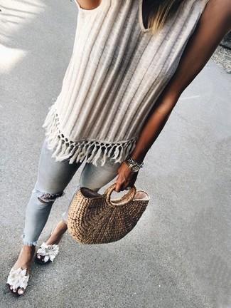 Светло-коричневая соломенная большая сумка: с чем носить и как сочетать: Если этот день тебе предстоит провести в движении, сочетание белой вязаной майки и светло-коричневой соломенной большой сумки позволит создать комфортный ансамбль в стиле casual. Весьма неплохо здесь смотрятся белые сандалии на плоской подошве из плотной ткани с цветочным принтом.