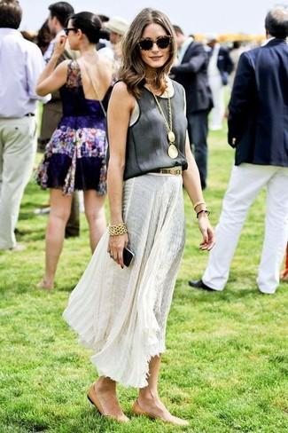 Как Olivia Palermo носит Черная майка, Белая длинная юбка со складками, Светло-коричневые кожаные балетки, Золотой браслет