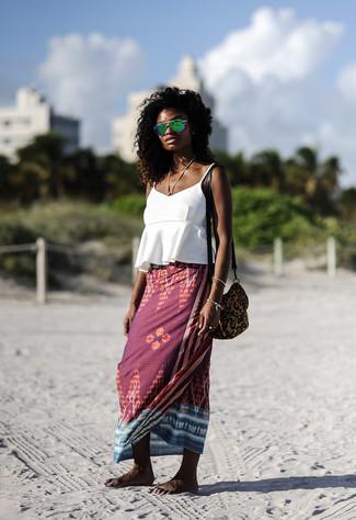 Как и с чем носить: белая майка с рюшами, темно-красная длинная юбка с принтом, коричневая замшевая сумка через плечо с леопардовым принтом, зеленые солнцезащитные очки