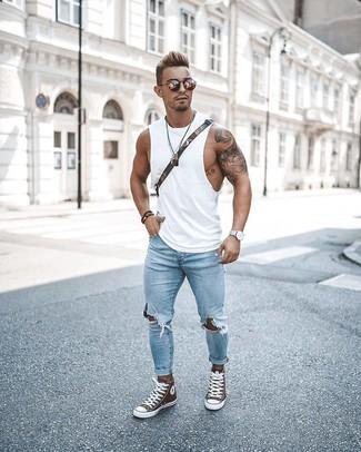 Как и с чем носить: белая майка, голубые рваные зауженные джинсы, коричневые высокие кеды, оливковая сумка почтальона из плотной ткани