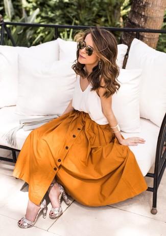 Как и с чем носить: белая шелковая майка, горчичная пышная юбка, серые кожаные босоножки на каблуке со змеиным рисунком, черно-золотые солнцезащитные очки