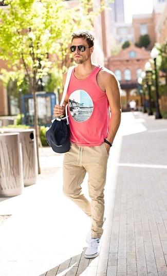 Как и с чем носить: розовая майка с принтом, бежевые спортивные штаны, белые плимсоллы, черно-белая дорожная сумка из плотной ткани