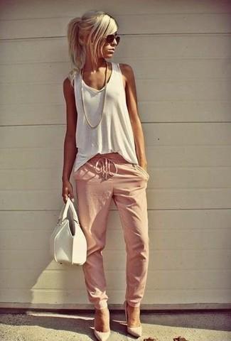 Как и с чем носить: белая майка, розовые спортивные штаны, белые кожаные туфли, белая кожаная сумочка