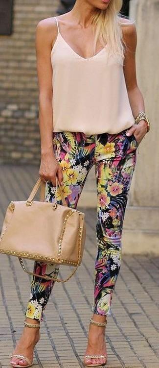 Как и с чем носить: бежевая шелковая майка, черные узкие брюки с цветочным принтом, бежевые замшевые босоножки на каблуке с украшением, светло-коричневая кожаная сумка-саквояж