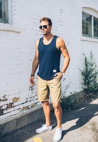 Красно-темно-синие часы в горизонтальную полоску: с чем носить и как сочетать мужчине: Если этот день тебе предстоит провести в движении, сочетание темно-синей майки и красно-темно-синих часов в горизонтальную полоску позволит создать комфортный образ в непринужденном стиле. Если ты не боишься соединять в своих луках разные стили, на ноги можно надеть белые плимсоллы.